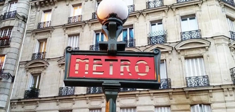 Традиционный указатель входа в метро Парижа
