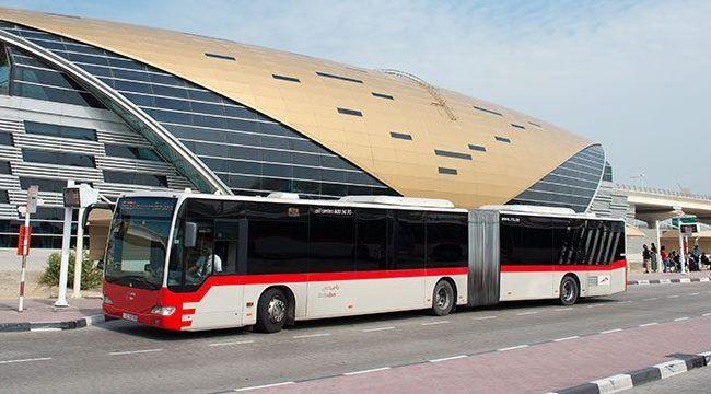 Автобусная остановка рядом с терминалом аэропорта Дубай