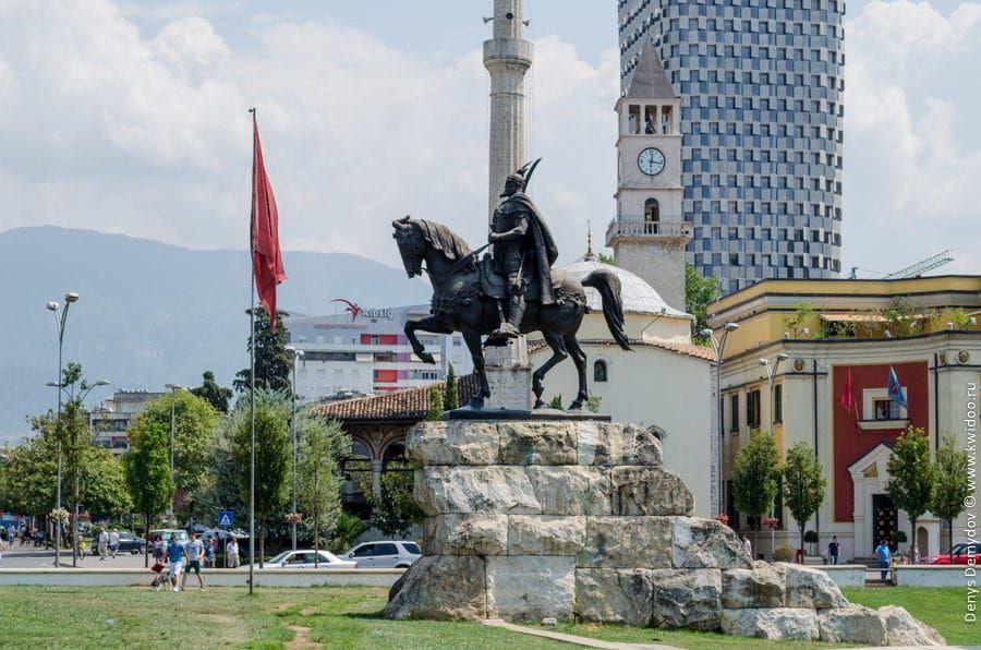 Памятник национальному герою Скандербегу на площади, носящей его имя
