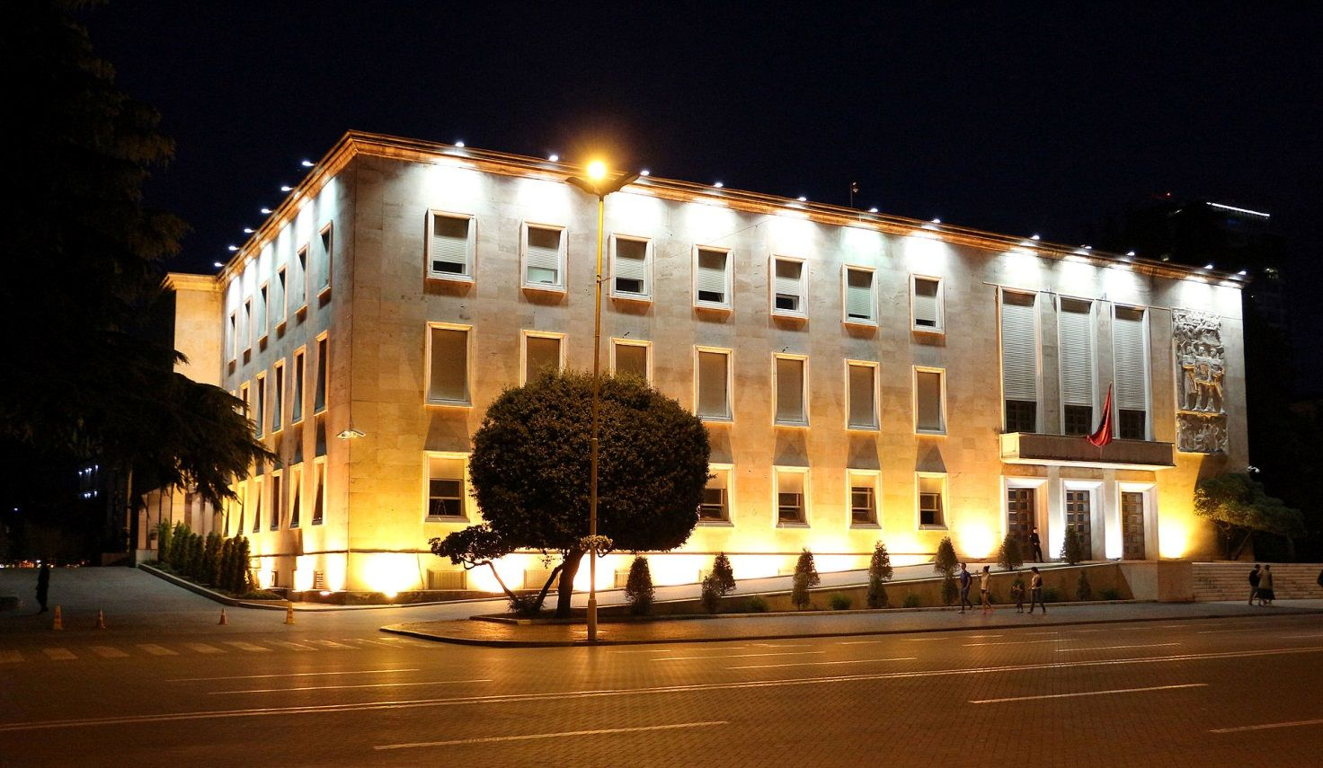 Вид на резиденцию премьер-министра (Kryeministria) и Совет министров Албании (Këshillit të Ministrave)