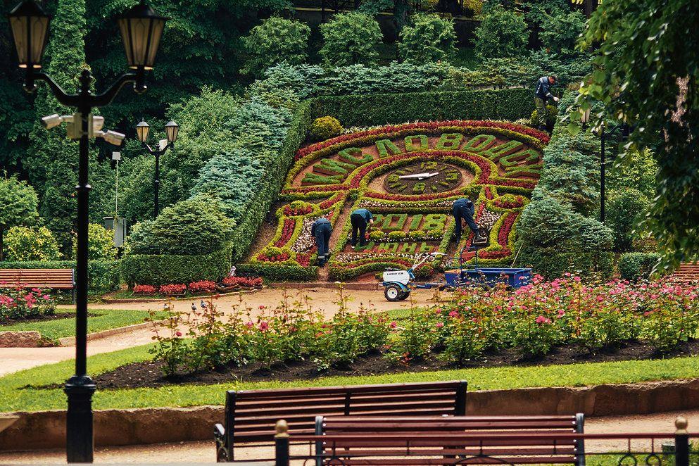 cvetochnyy kalendarj. cvetochnye chasy. park v kislovodske