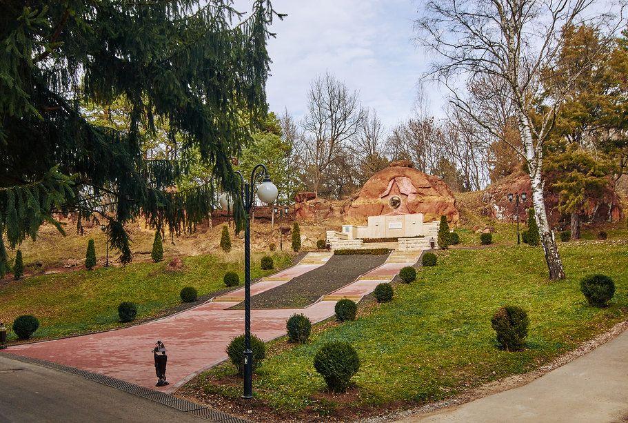 gruppa skal «krasnye kamni» v kislovodskom parke