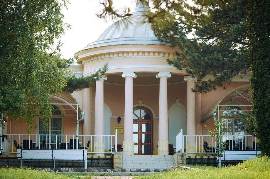 paviljon krasnoe solnyshko v parke kislovodska